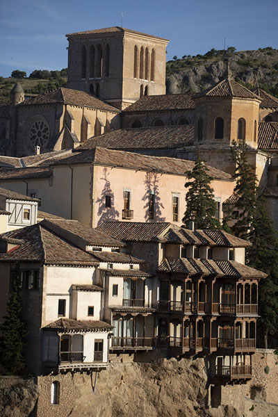 The hanging houses and the cathedral in the early morning | Città vecchia di Cuenca | Spagna
