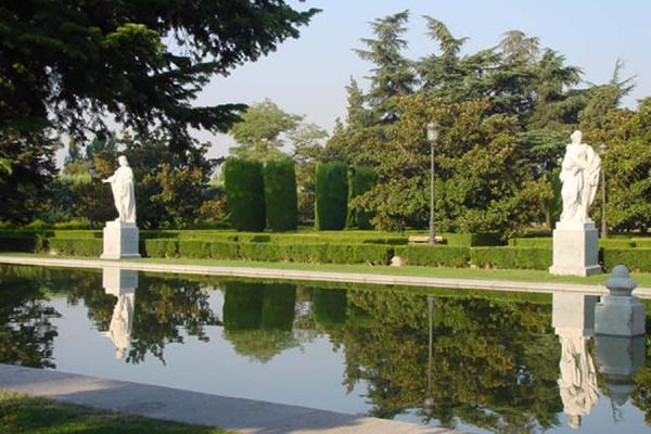 Statues reflecting in a pool at the Sabatini gardens | Madrid Parks | Spain