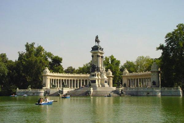 Central lake at Parque del Retiro | Madrid Parks | Spain