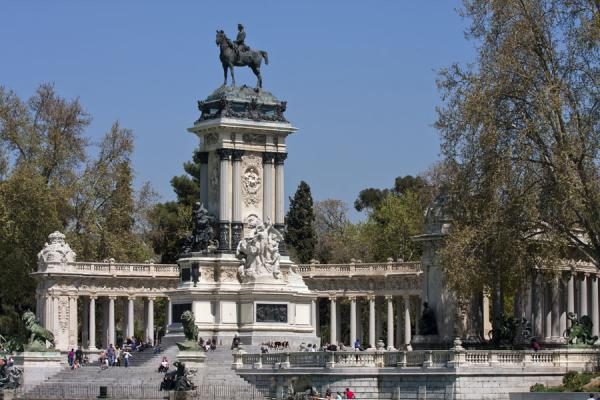 The centrepiece of the Retiro Park: monument to Alfonso XII | Parque del Buen Retiro | Spanje