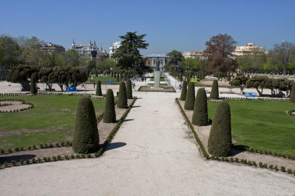 The main lane in the Plaza del Parterre, looking towards the Casón del Buen Retiro museum | Parco del Retiro | Spagna