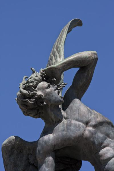 Detail of the Fountain of the Falling Angel on the southern side of the Retiro Park马德里 - 西班牙
