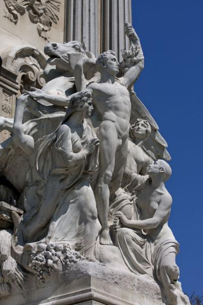 Photo de Sculpture at the Monument to Alfonso XIIMadrid - l'Espagne
