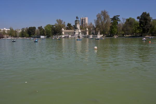 Foto de Lago del Retiro offers relaxation around and on the waterMadrid - España