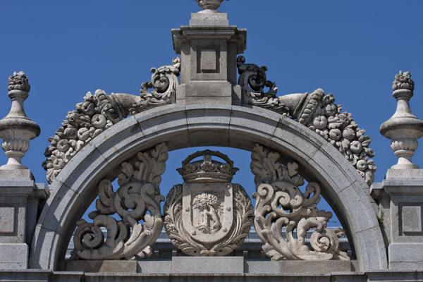 Detail of the arch above the entrance to Buen Retiro Park on the Calle de Alfonso XII马德里 - 西班牙