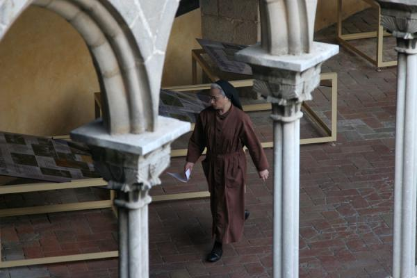 Picture of Pedralbes monastery (Spain): Pedralbes monastery: nun walking under the arches