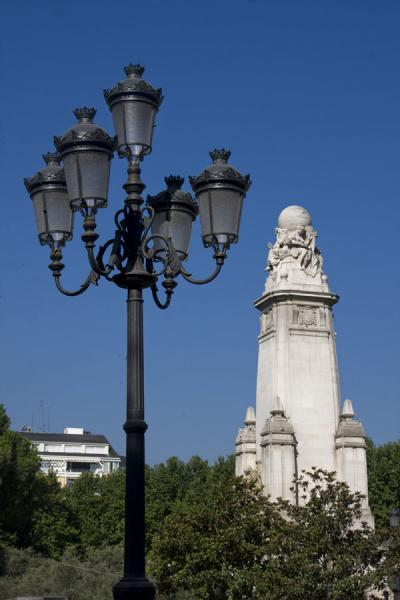 的照片 Cervantes Monument with lantern in the foreground马德里 - 西班牙