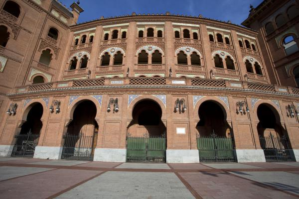 One side of the plaza de toros in the morning sun | Stierenvechtersarena Las Ventas | Spanje