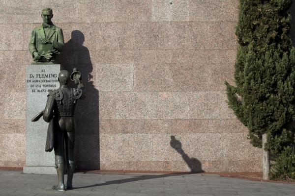 Photo de Statue of torero paying homage to Dr. Fleming, who discovered penicillinMadrid - l'Espagne