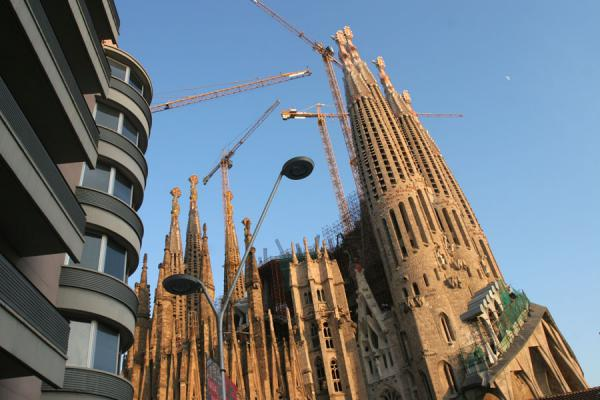 Sagrada Familia seen from a corner with modern building | 巴塞隆纳 | 西班牙