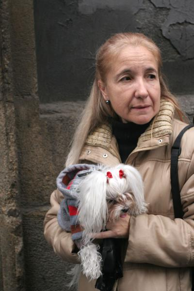 Foto di Woman with her dog in line for the blessingMadrid - Spagna