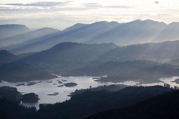 Foto di Rays of sunlight on the mountains and reservoir to the east of Adam's PeakAdam's Peak - Sri Lanka