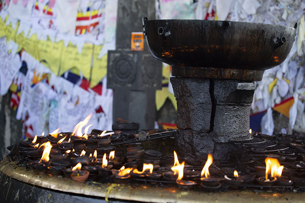 Photo de Oil lamps burning at the shrine on top of the mountainAdam's Peak - Sri Lanka
