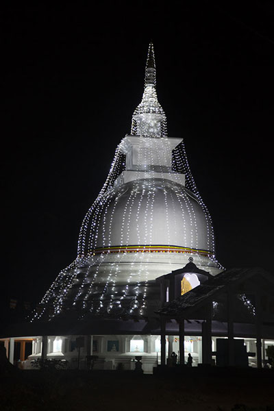 Foto van Peace pagoda in the middle of the night, close to where the stairs start - Sri Lanka - Azië