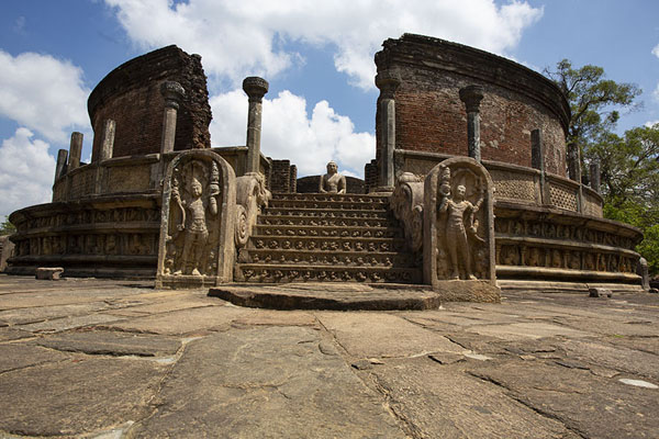 Circular Polonnaruwa Vatadage with statues and dagoba - 斯里兰卡 - 亚洲