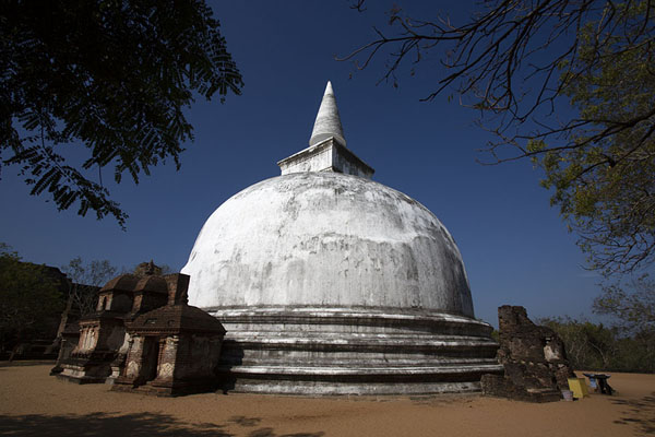 Photo de The huge white Kiri Vihara dagoba at the northern end of the Polonnaruwa complex - Sri Lanka - Asie