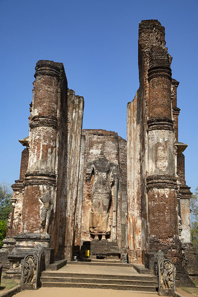 Frontal view of the Lankatilaka with a huge headless Buddha statue | Ancien ville de Polonnaruwa | Sri Lanka