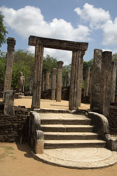 Stairway to the ruins of a Buddhist temple at the Sacred Quadrangle | Ancien ville de Polonnaruwa | Sri Lanka