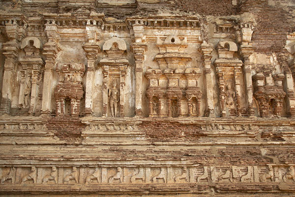 Close-up of the exterior of Tivanka image house | Ancient City of Polonnaruwa | 斯里兰卡
