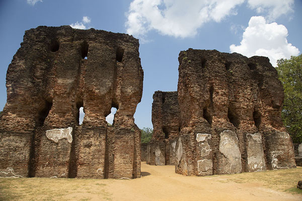 Photo de Ruins of the royal palace of PolonnaruwaPolonnaruwa - Sri Lanka