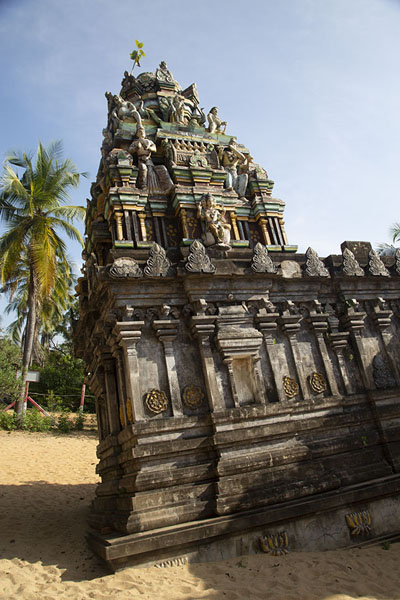 Foto de The tilting tower of the Ealathu Tiruchendur Murugan temple in KalladyBatticaloa - Sri Lanka
