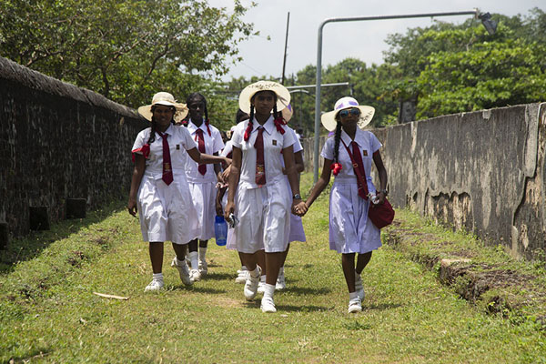 Foto van Sinhalese schoolgirls in uniform walking on the old Dutch fortBatticaloa - Sri Lanka