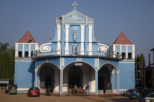 Foto van Blue facade of Saint Mary's cathedral on Puliyanthivu island in BatticaloaBatticaloa - Sri Lanka