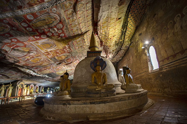 Photo de Inside the Maha Raja Viharaya cave with stupa, Buddha statues, and frescoes covering the ceiling - Sri Lanka - Asie