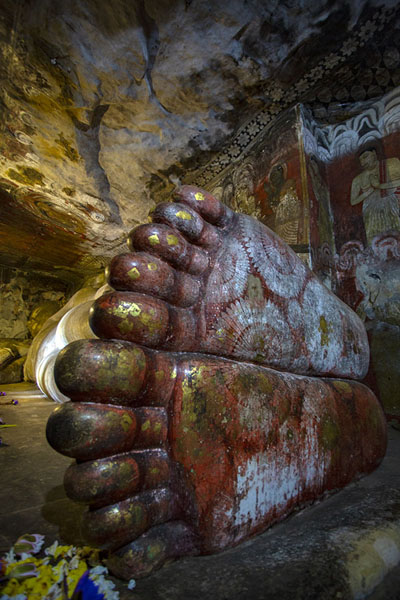 Reclining Buddha seen from his decorated feet in the Deva Raja Viharaya cave - 斯里兰卡 - 亚洲
