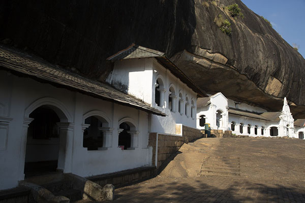 The Dambulla rock temples are accessed to a modern building | Grottempel van Dambulla | Sri Lanka