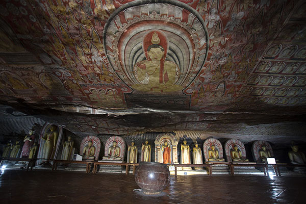 Looking into the largest cave of the Dambulla complex: the Maha Raja Viharaya - 斯里兰卡