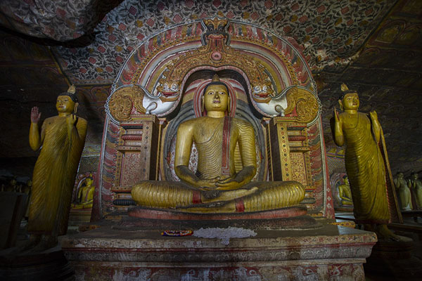 One of the colourful Buddha statues in the Maha Raja Viharaya cave - 斯里兰卡 - 亚洲
