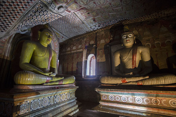 Foto van Sitting Buddha statues on the north corner of the Maha Raja Viharaya caveDambulla - Sri Lanka