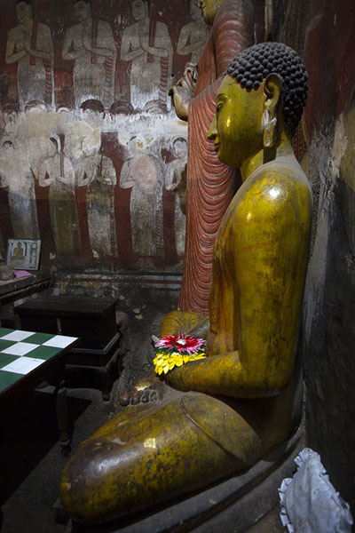 Statue of Ananda at the northern side of the First Cave, or Deva Raja Viharaya | Grottempel van Dambulla | Sri Lanka