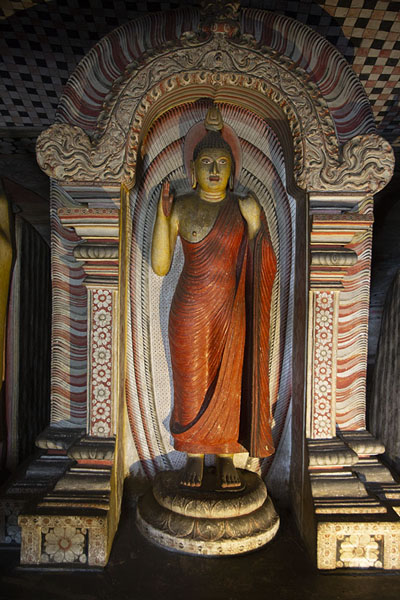 Statue of Abhaya Mudra in the Cave of the Great King | Temple des grottes de Dambulla | Sri Lanka