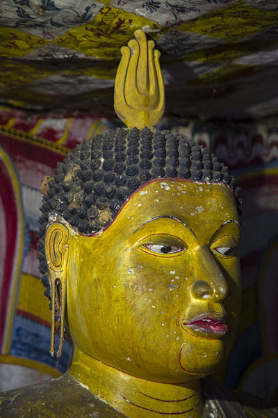 Close-up of a Buddha head in Cave III, Maha Alut Viharaya | Temple des grottes de Dambulla | Sri Lanka