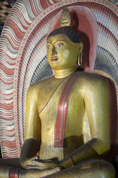 Golden Buddha statue in the Cave of the Great King | Templo de la Cueva de Dambula | Sri Lanka