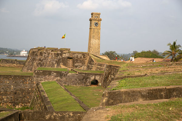 The ramparts of the fort with bell tower at the north side of Galle | Fortaleza de Galle | Sri Lanka