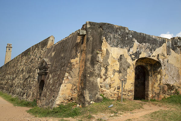 Looking up the walls of Galle fort at the northeast side | Galle fort | 斯里兰卡