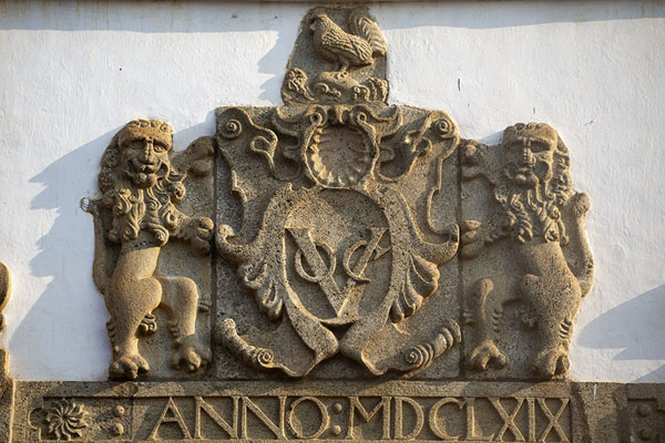 The VOC emblem sculpted above the old city gate | Forteresse de Galle | Sri Lanka