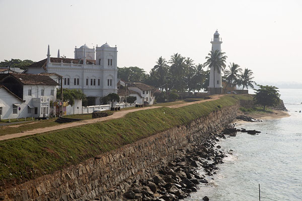 Foto de The fort wall and lighthouse on the southside of GalleFortaleza de Galle - Sri Lanka