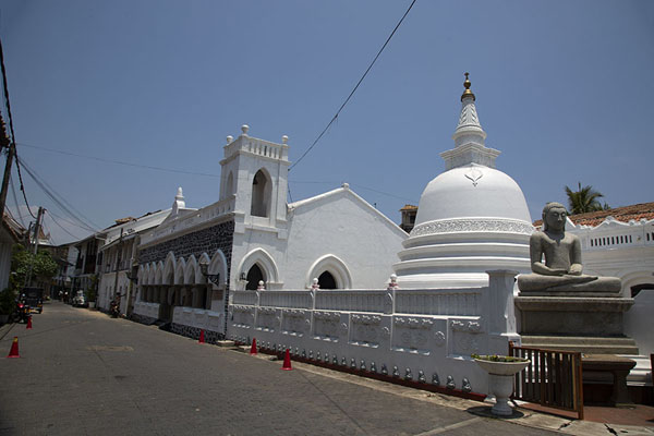 Foto de Stupa with church in the background on the west side of GalleFortaleza de Galle - Sri Lanka