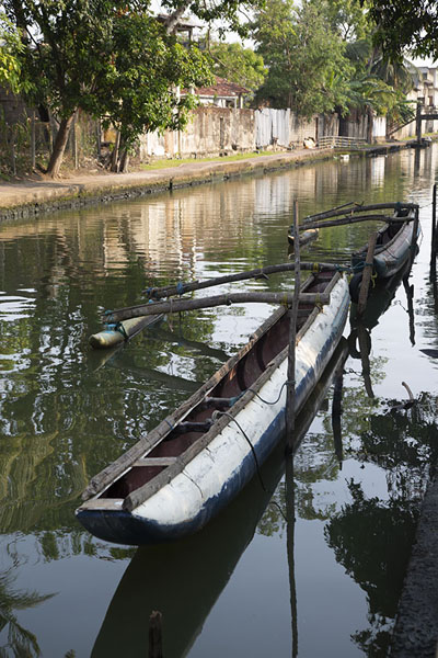 Traditional boat docked in the canal - 斯里兰卡