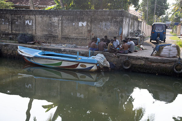 Men playing cards with parked tuktuk and boat in the Hamilton Canal - 斯里兰卡