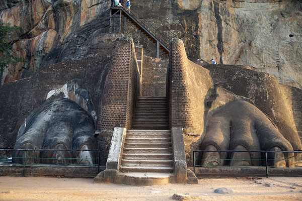 Foto van Stairs leading up Sigiriya rock lead through these gigantic lion paws - Sri Lanka - Azië