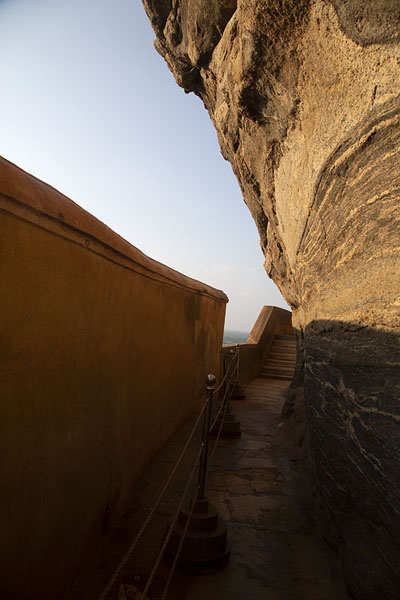 The narrow alley between Sigiriya rock and the Mirror Wall | Sigiriya | 斯里兰卡