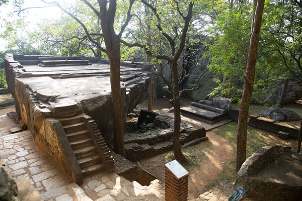 Photo de Overview of the audience hall, carved out of a natural rock formation, at the foot of Sigiriya - Sri Lanka - Asie