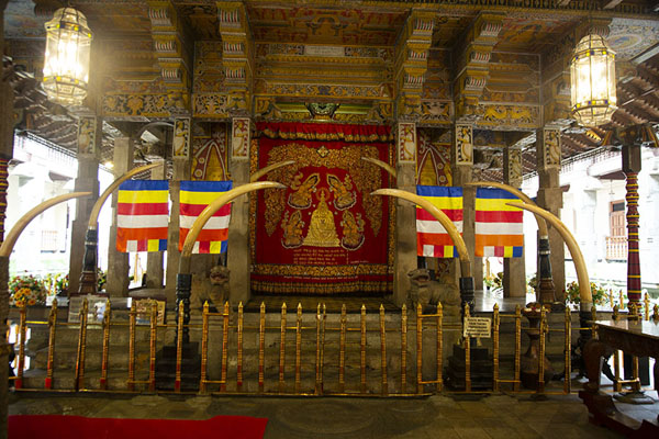 Photo de The sacred part of the Temple of the Sacred Tooth, opened only a few minutes a day to show the relic - Sri Lanka - Asie