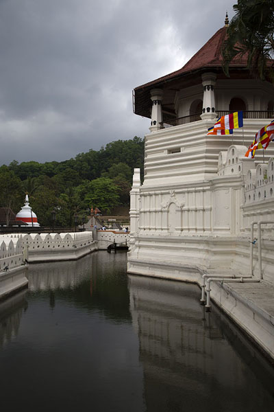 The exterior of the Temple of the Sacred Tooth with moat and Paththirippuwa to the right | Temple de la Dent du Bouddha | Sri Lanka