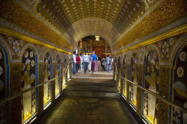 Passage to the interior of the Temple of the Sacred Tooth | Templo del Dente de Buda | Sri Lanka
